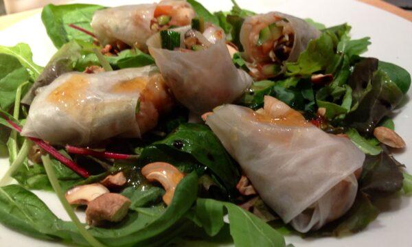 Insalata con anacardi e involtini di riso, gamberi e verdure saltate (4 persone)
