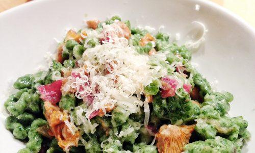 Spatzle agli spinaci con finferli, bresaola e sbrinz (4 persone)