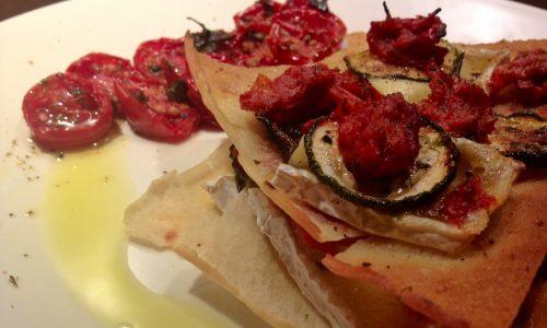 Millefoglie di pane guttiau con melanzane, zucchine, pomodorini confit e….