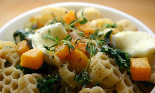 Margherite al kamut con dadini di zucca e spinacini saltati e Brie di capra biologico