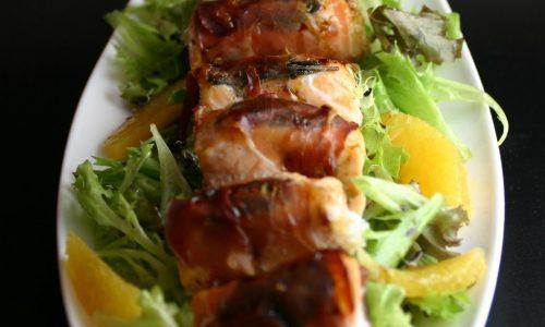 Bocconcini di salmone croccanti su misticanza e arance