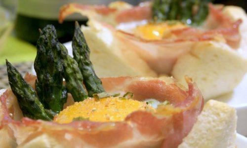 Cestini di pane con uova, asparagi e bacon
