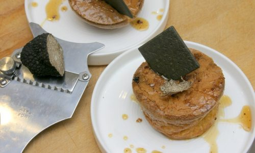 Flan al pecorino con miele al tartufo e cracker al carbone