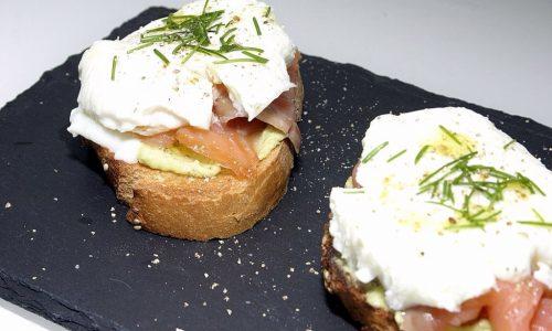 Crostoni con crema di avocado, salmone affumicato e uova in camicia