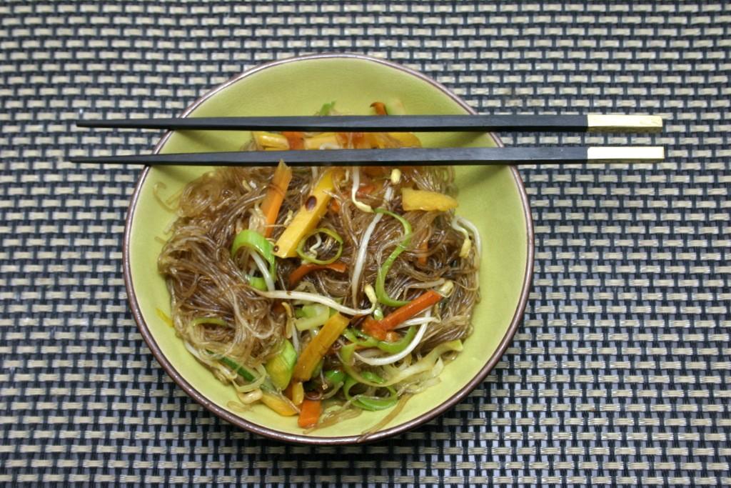 Spaghetti di soia saltati con verdure alla thailandese